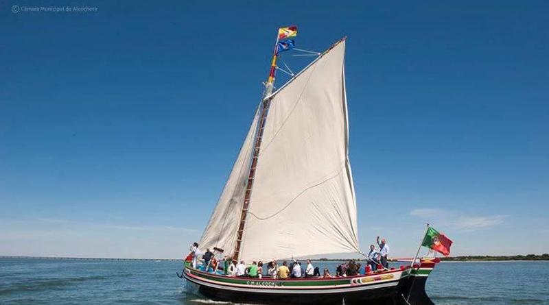 Adeus ao verão: barco, espumante e pôr do sol no rio Tejo
