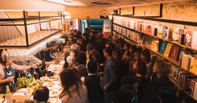 Há um novo bar colorido no Porto que também é uma livraria