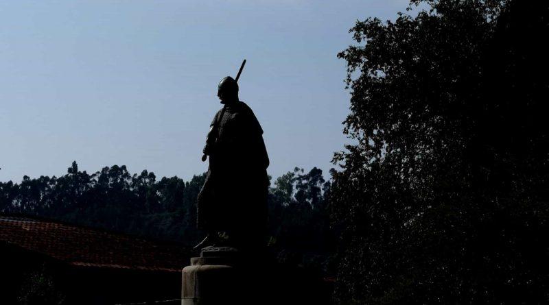 """Estátua de D. Afonso Henriques sem espada após """"ato de vandalismo"""""""